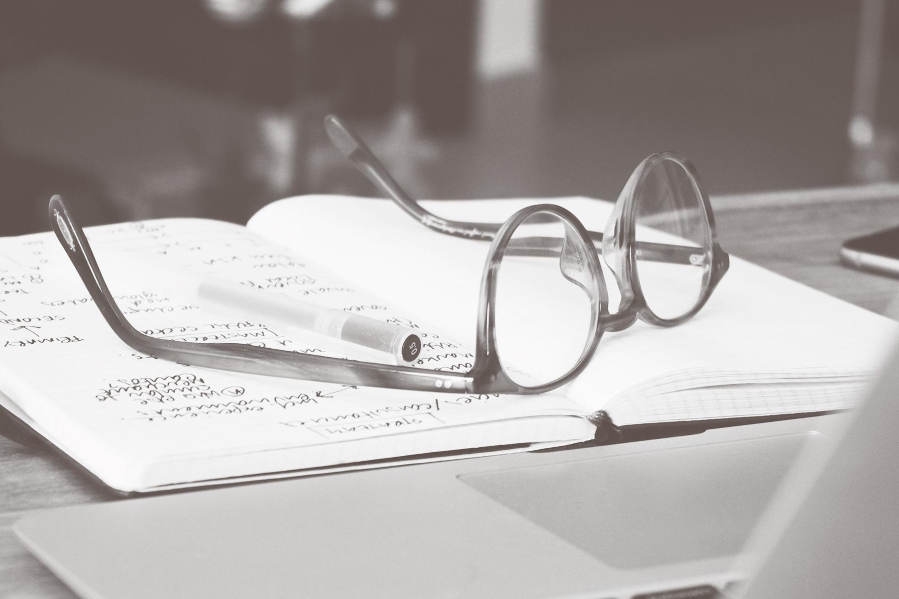 Erste Schritte im Trauerfall - Brille auf Notizbuch