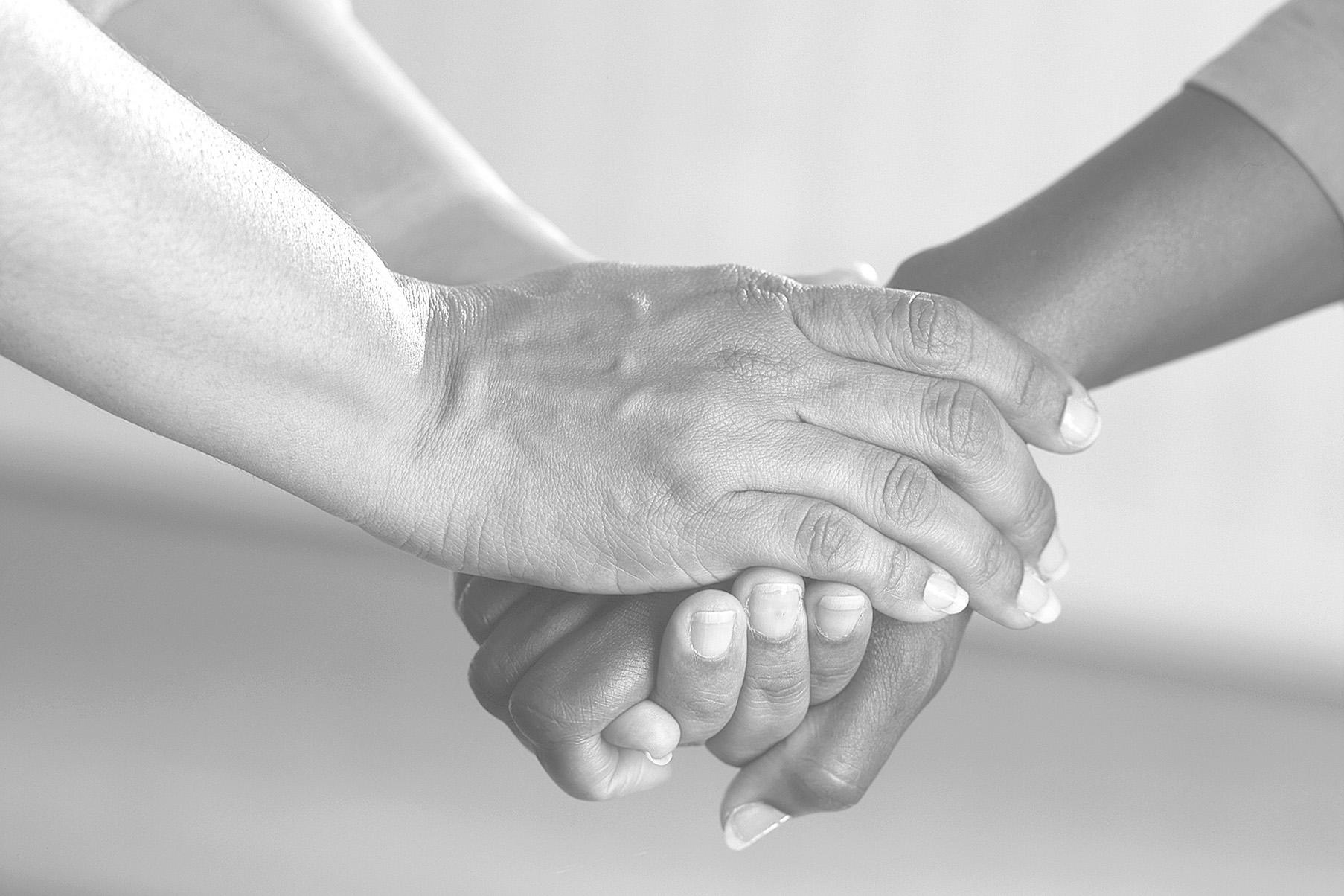 Unterstützung - Deutsche Tafeln - Hände greifen ineinander
